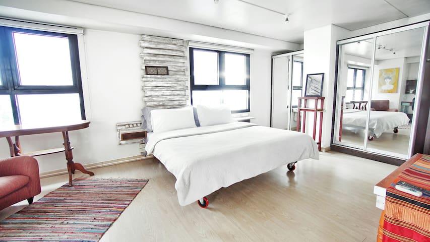 2-bedroom corner loft in ❤ of BGC + Wifi/Netflix