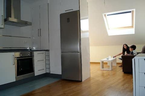 Precioso apartamento en el centro de Porto do Son con dos habitaciones, cocina, salón y 2 terrazas. A escasos metros de la playa del pueblo.