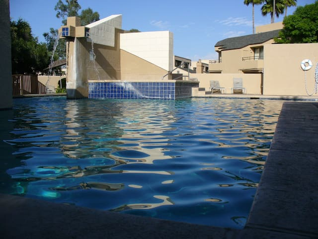 Robin's Retreat!  NE Tucson gd level condo! 18+