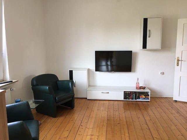 Zimmer 4 TV und Sitzgelegenheiten