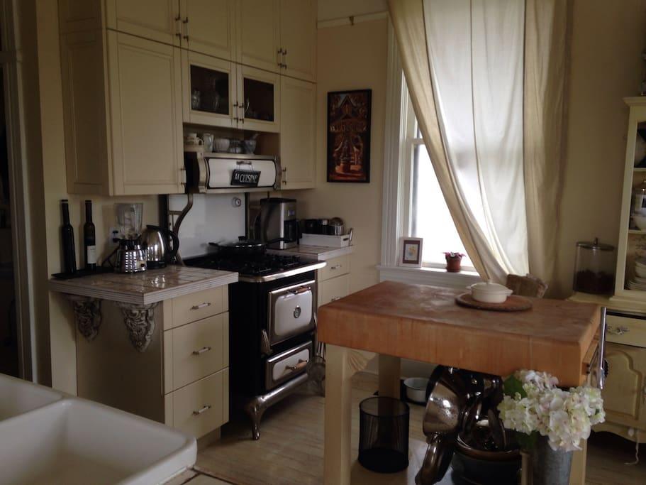 Fully equipped kitchen..... Dish washer.   Gas stove.....large fridge/ freezer.....chopping island.....double farm style sink