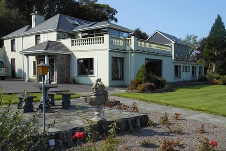 Triple room, stunning river view with parking - Kerry - House