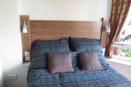 Private Separate access  En-suite Double Bed Room - Branston - Bungalov