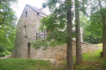 Stone Cottage on Creek w/ Breakfast - Leesburg