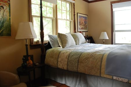 740 House, The Gold Room in Town - Harpers Ferry - Bed & Breakfast