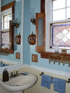 740 House, The Gold Room in Town - Harpers Ferry - Bed & Breakfast - 2