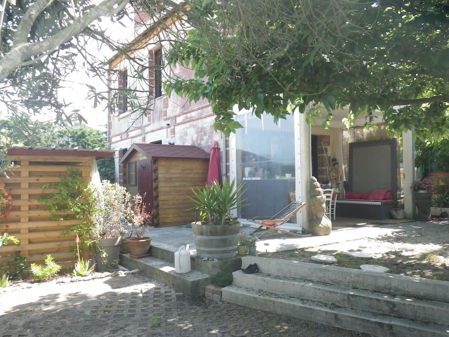 agréable jardin avec terrasse plein ouest,terrasse couverte,barbecue,hamac, place de parking