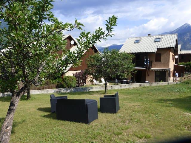 Maison familiale avec grand jardin ensoleillé