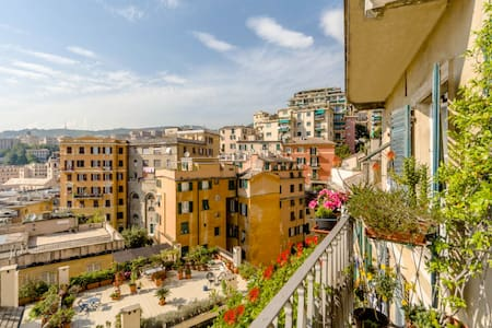 Above the historic center rooftops - Genua - Wohnung