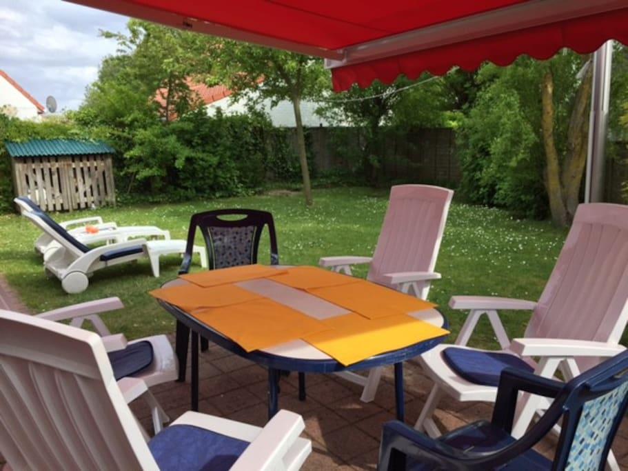 Terrasse avec marquise, table, siéges et jardin 100 m2