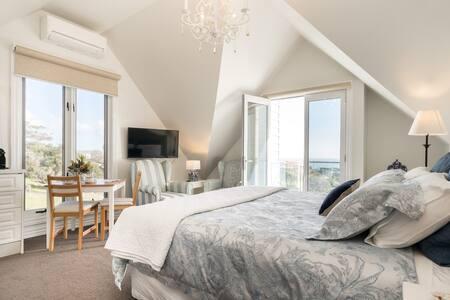 Sapphire Shores - Kestrel Suite, seaside luxury