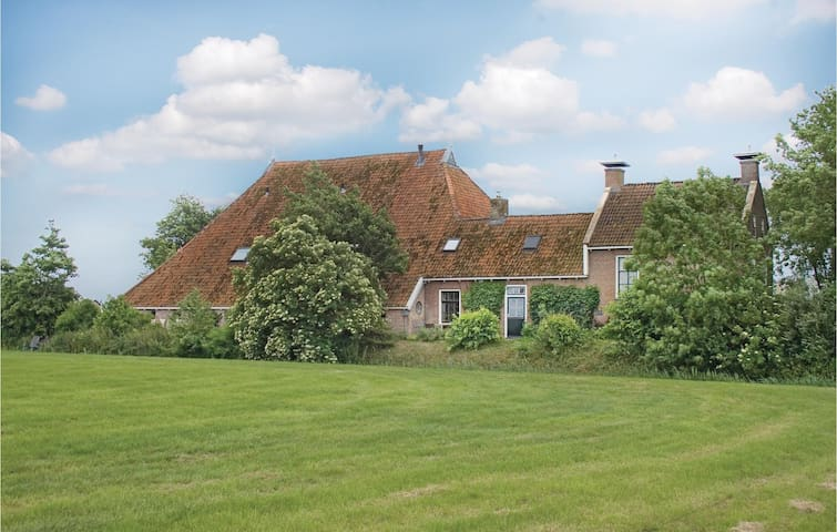 Former farm house with 7 bedrooms on 250 m²