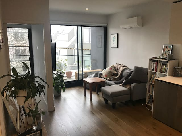 2 x bed, bath & balcony in buzzing suburb Richmond
