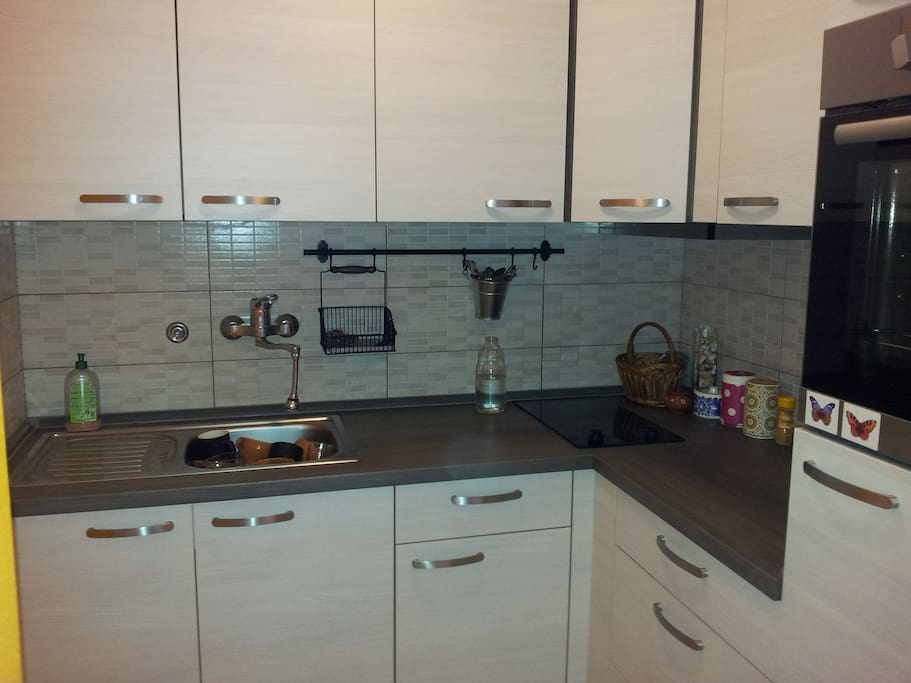 small kitchen with on owen