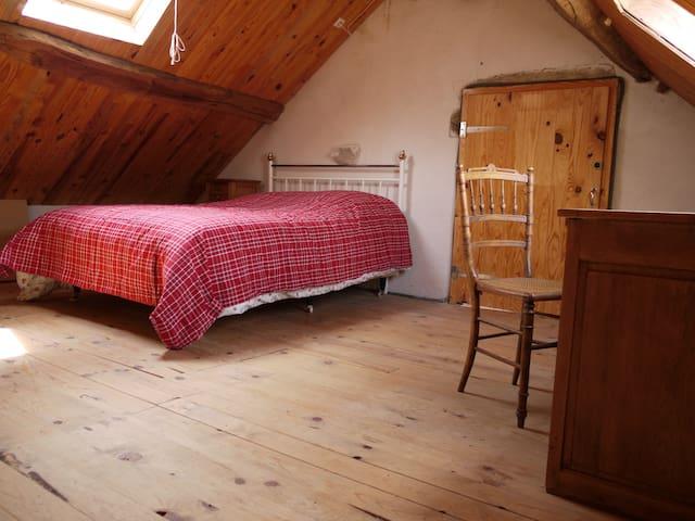 Ruime slaapkamer, 2 persoonsbed; op bovenste verdieping