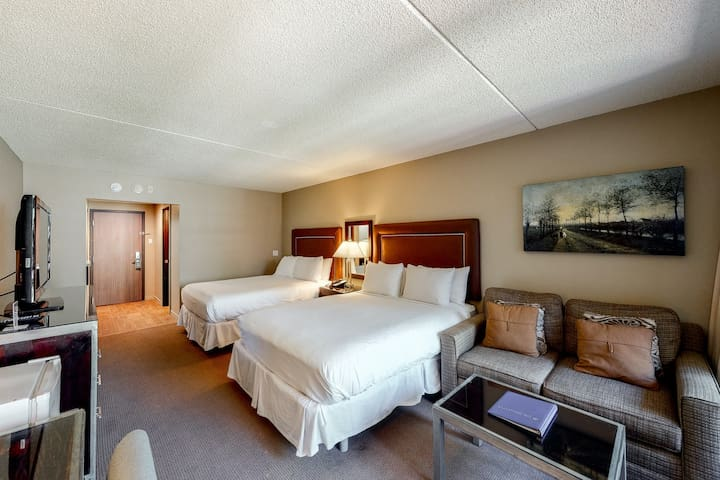 Room on 2nd floor w/ fire pit, free airport shuttle, mountain view, gym