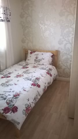 very clean pretty single room - Frimley - Dom