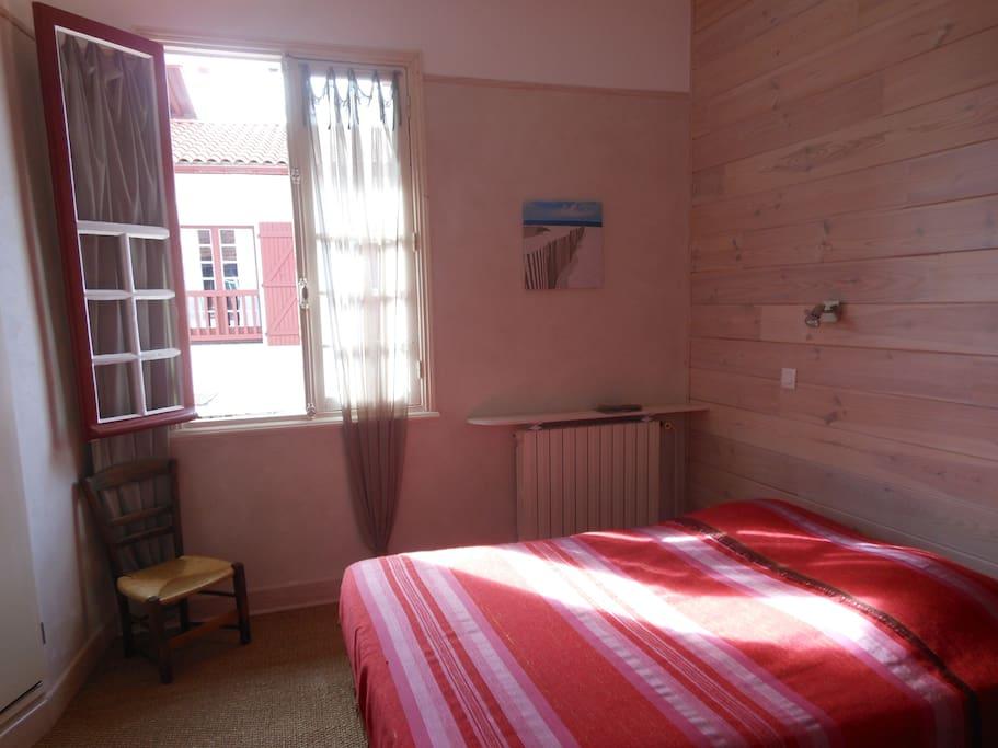 Le soleil rentre dans la chambre l'après-midi