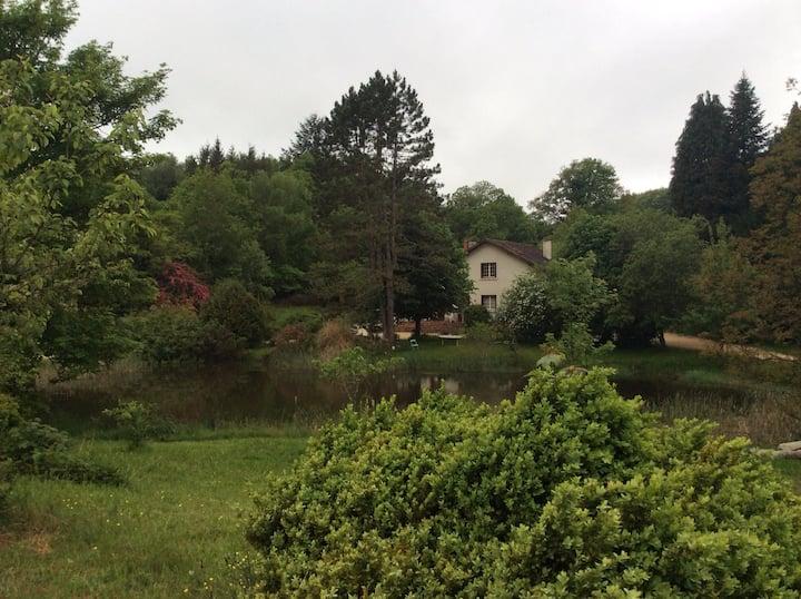 Maison avec un étang et un parc
