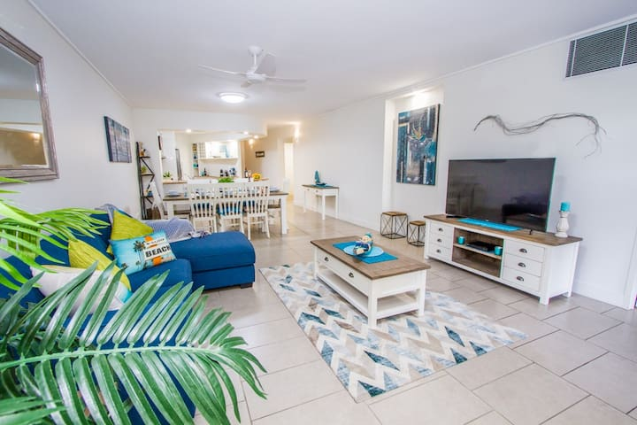 Coral Sands - Luxury, Poolside Apartment