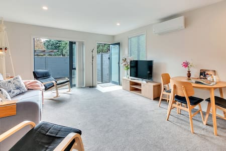Sleeps 6 - Deluxe Apartment w/ 2 Carparks+Heating!
