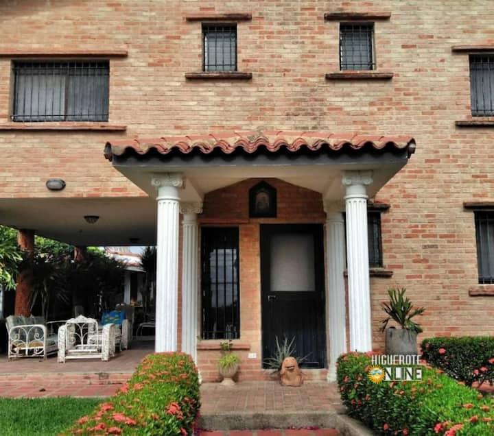 Casa Playera en Higuerote para 15 con Piscina