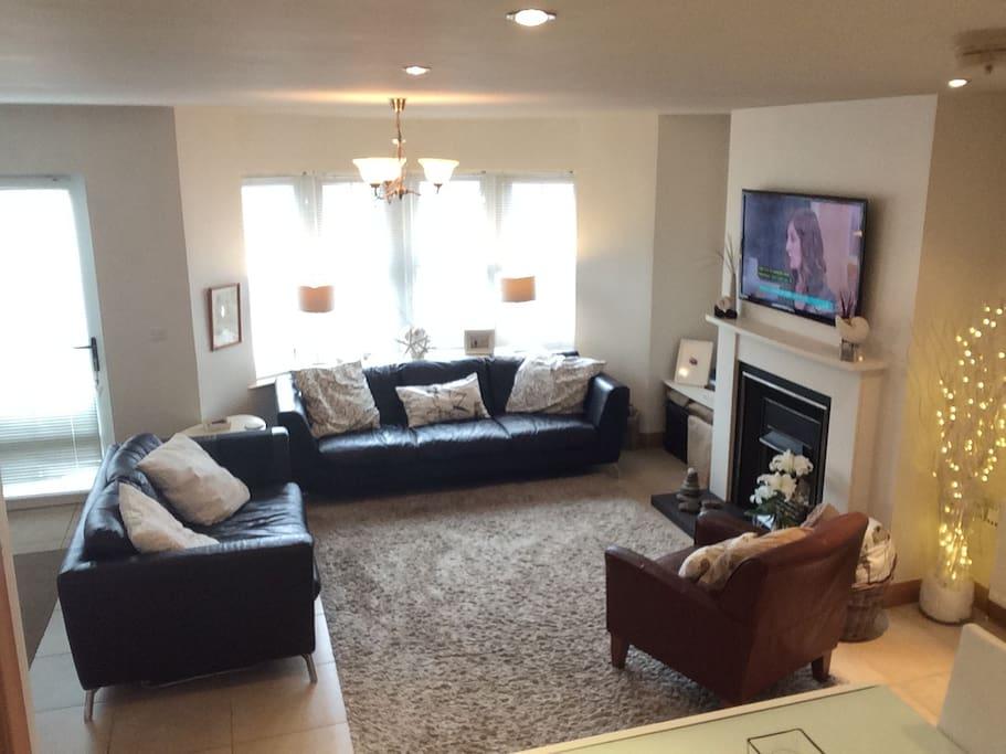 "Lounge area with 43"" LED flatscreen and free wifi"