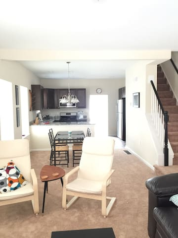 3BR Outside Philly-Close to train! - Norristown - Adosado