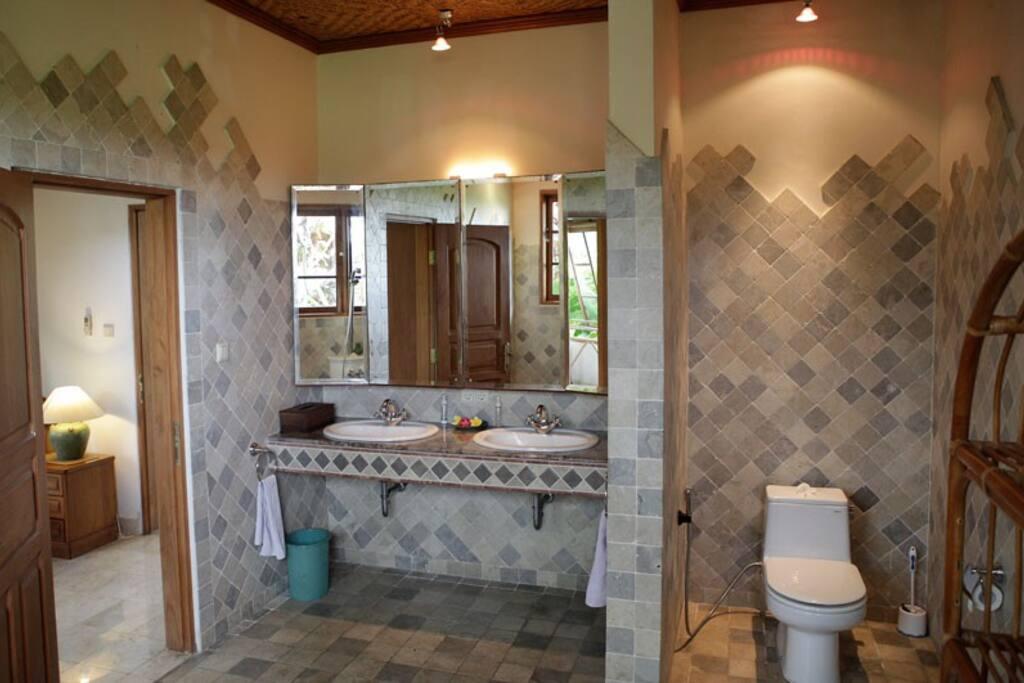 Villa Bougainvillea Bathroom