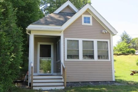 Cozy cottage near wildlife sanctuary & restaurants - Brattleboro - Vendégház