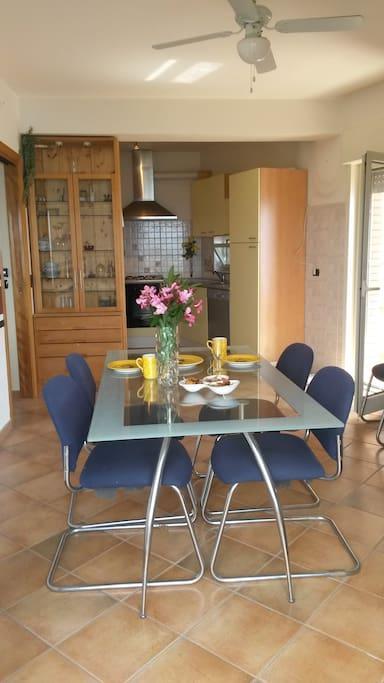 Küche mit Essbereich - und 2 Balkonzugängen
