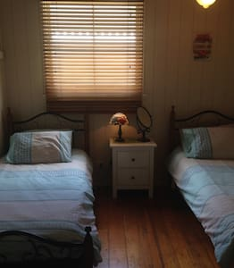 Near airport - cozy two single beds - Ascot