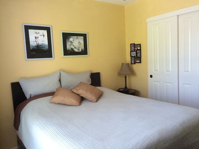 Cozy Bedroom and Private Bathroom - East Palo Alto - Dom