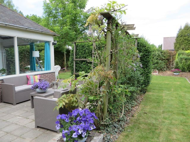 Genieten in de heerlijke tuin