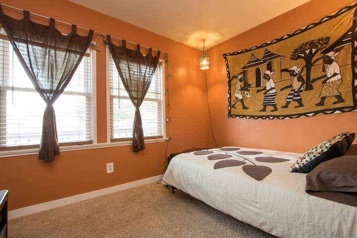 Cozy guest room in Zen Eco-Cottage