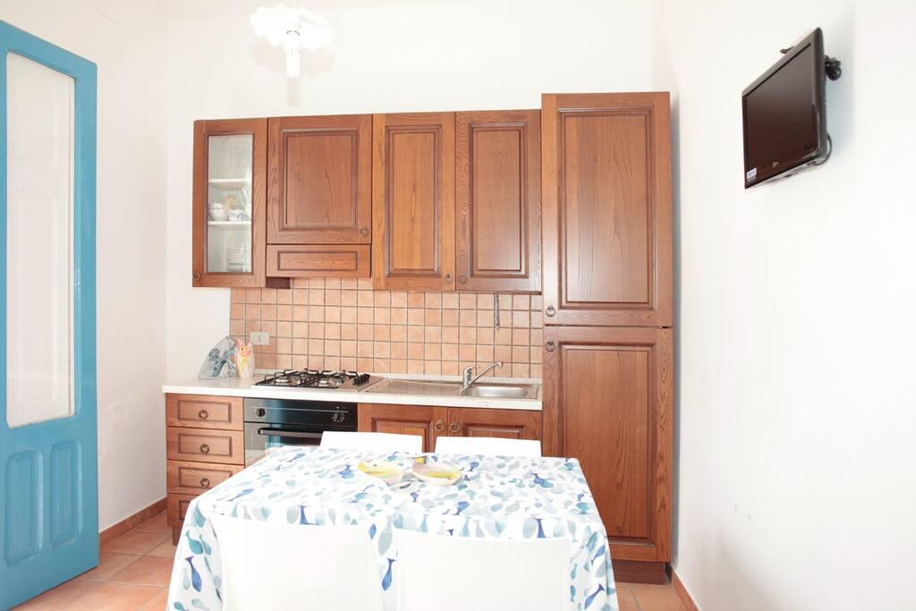Zona living/soggiorno con cucina attrezzata