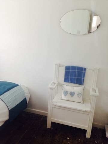 Cobham- single room in cosy cottage