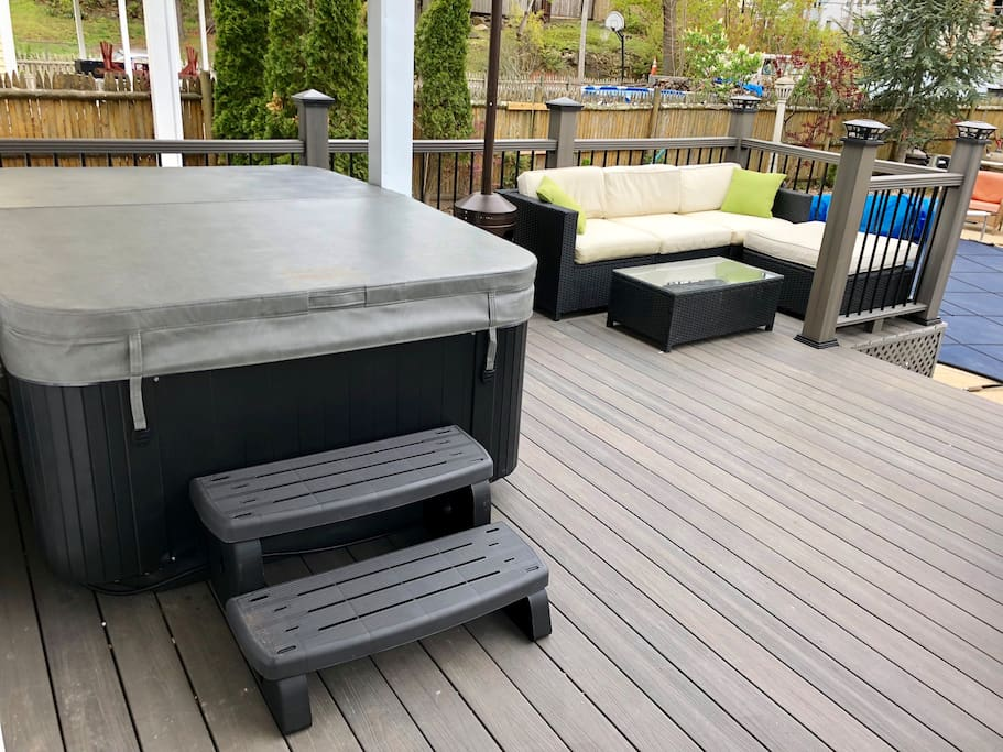 Backyard deck with a Hot tub