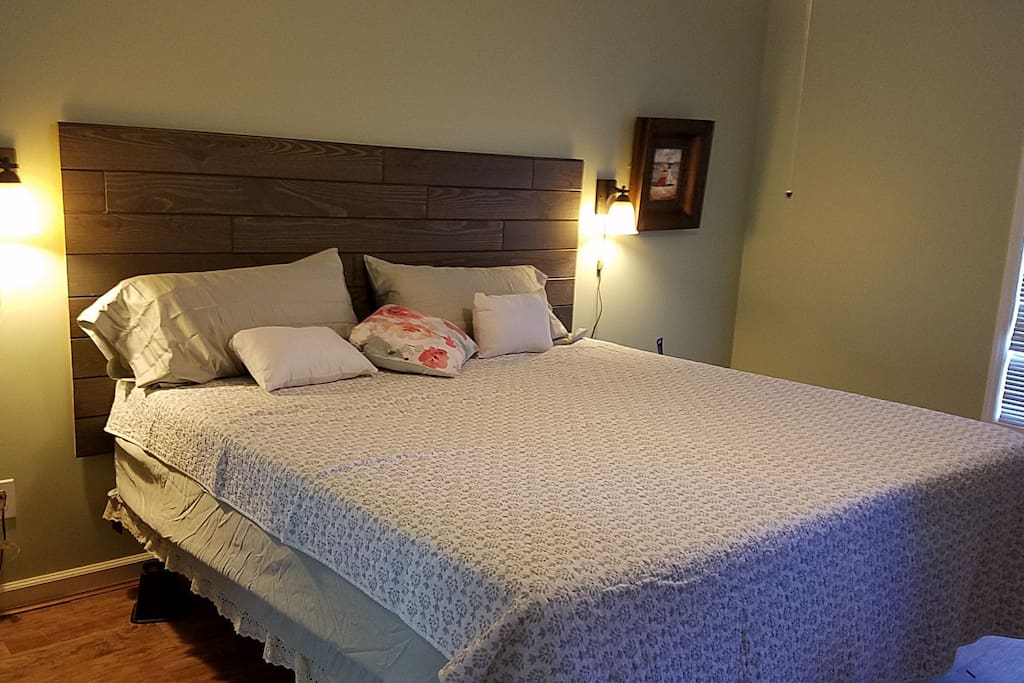Master bedroom, king size bed with tempurpedic mattress