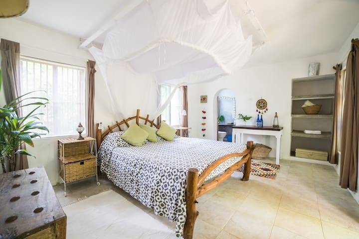 Ensuite with AC, WIFI and breakfast on the beach