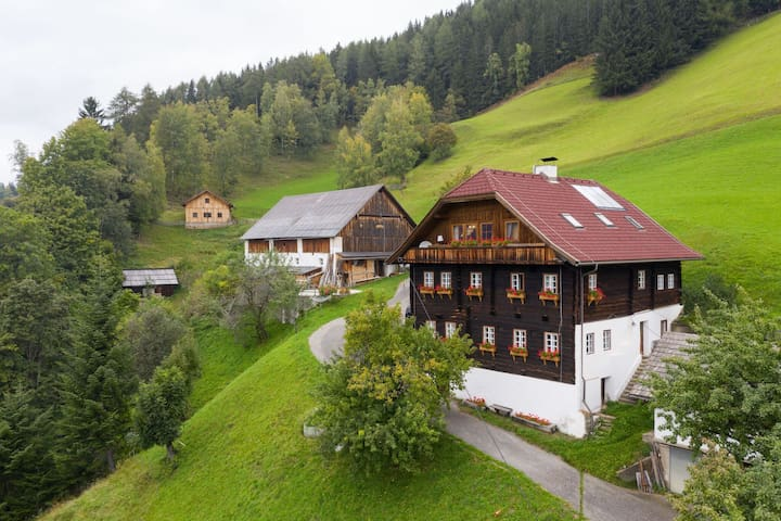 Whole floor appartment in a stunningly located 300 year old farmhouse