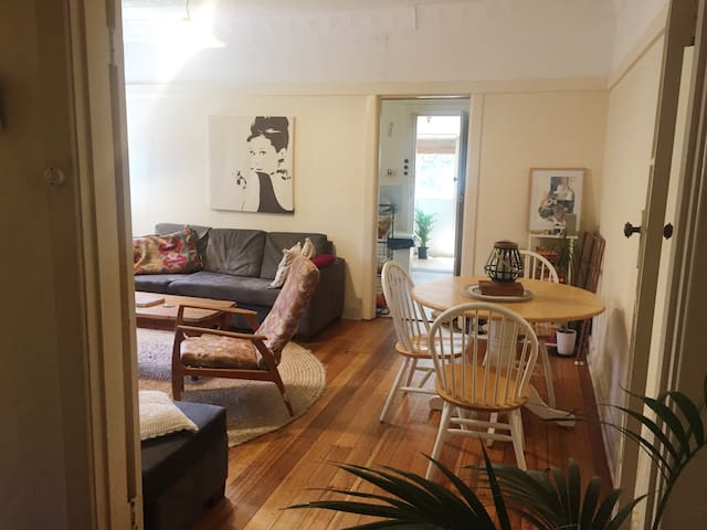 Cosy 2 bedroom house, a short walk to the beach - Elwood - Hus
