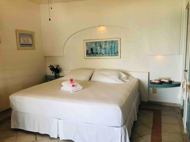 2 or 5 guests bedroom with full bathroom. Habitación para 2 o 5 huéspedes con baño completo privado.