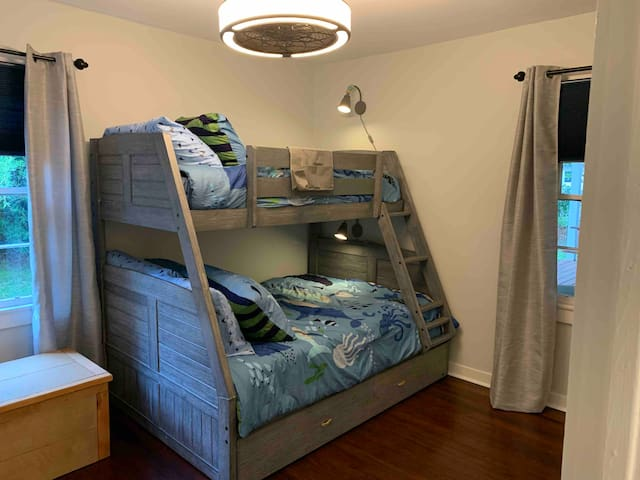 Twin over full bunkbed (no mattress on the trundle)