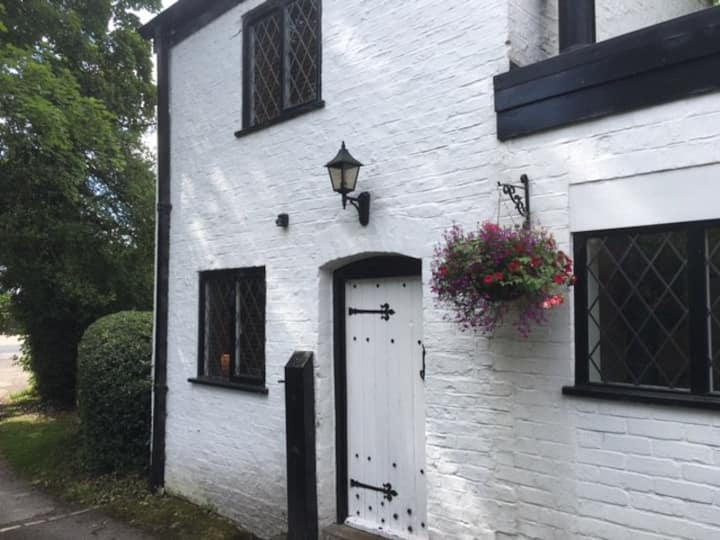 Romantic coach house in Alderley Edge with parking