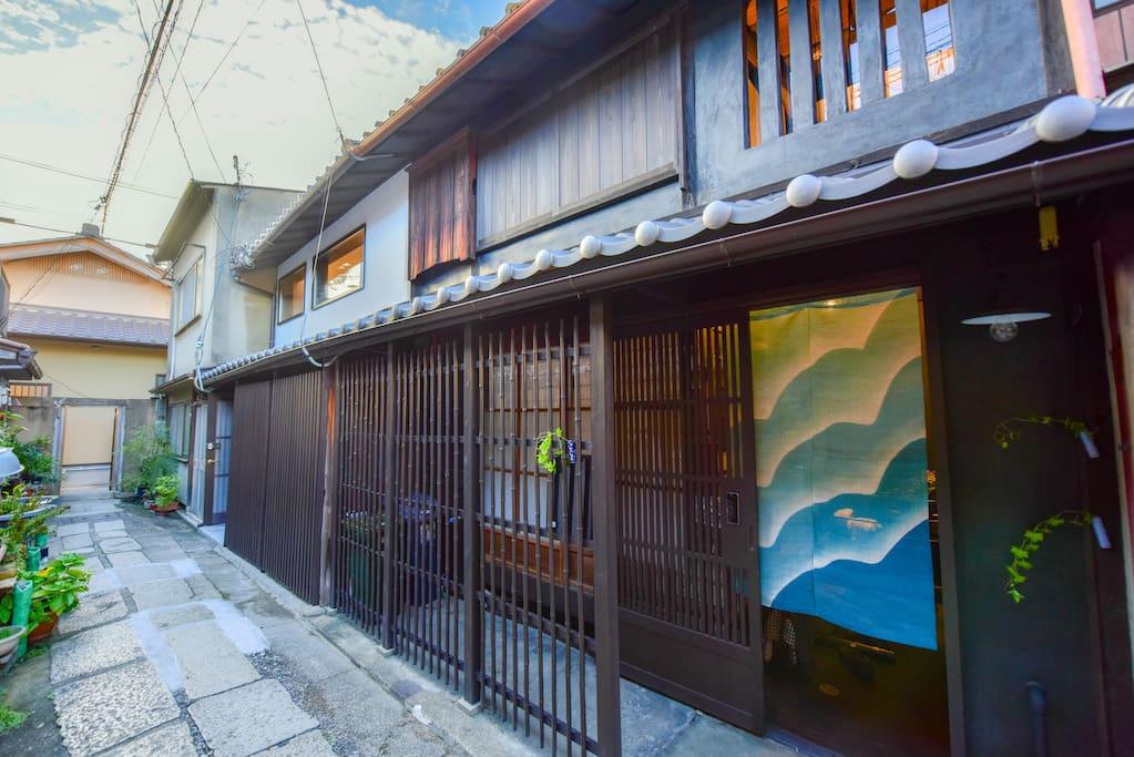 Welcome to Hershey's home, a 100-year-old townhouse in Kyoto.房子外观。这是一个百年老宅,经过我们的翻修,加入了现代的电器设备,使老宅焕然一新。历史的厚重,和时尚的设计,浑然融为一体。