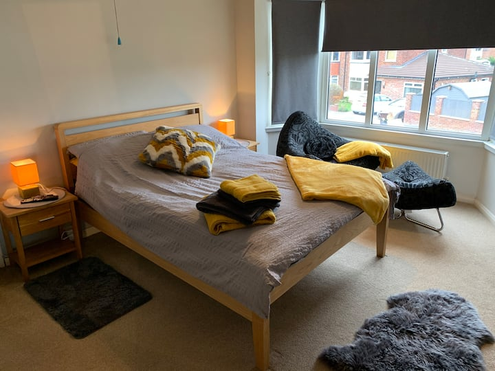 Quiet modern double room in peaceful family home.