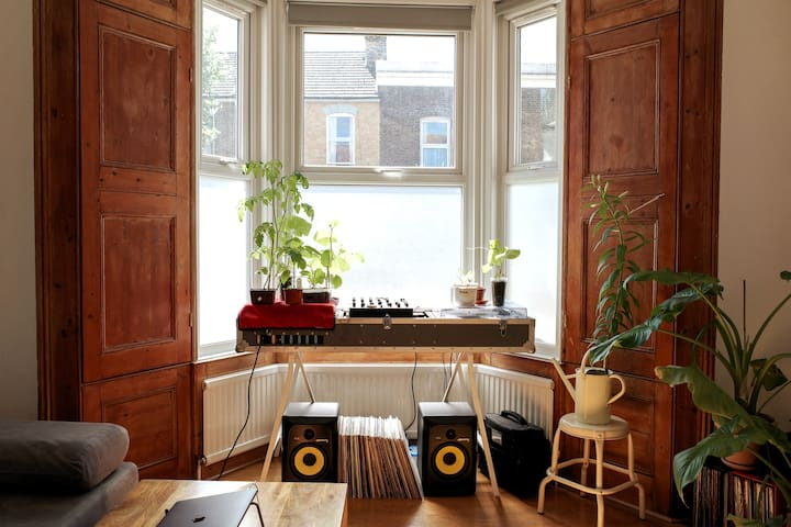 Powerscroft Road Victorian flat with cosy garden