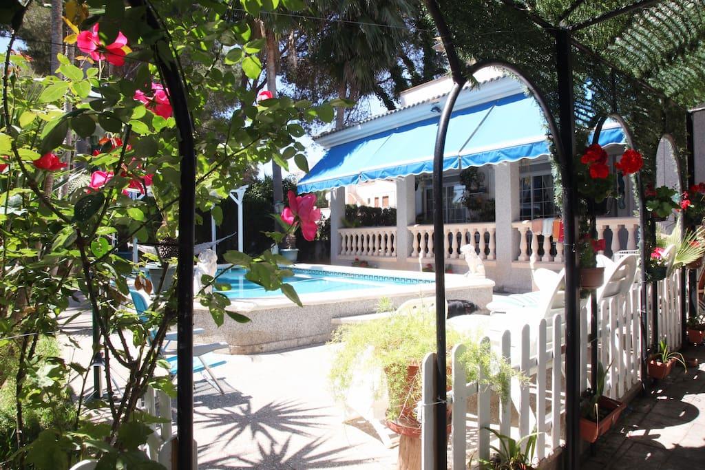 Jardin con piscina privada