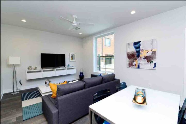 New Modern and Stylish Downtown Condo w/Parking
